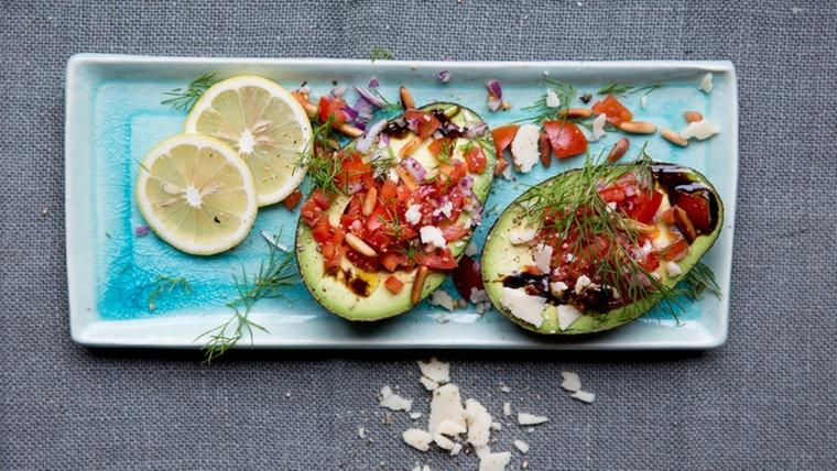 Avocado mit Tomaten-Füllung