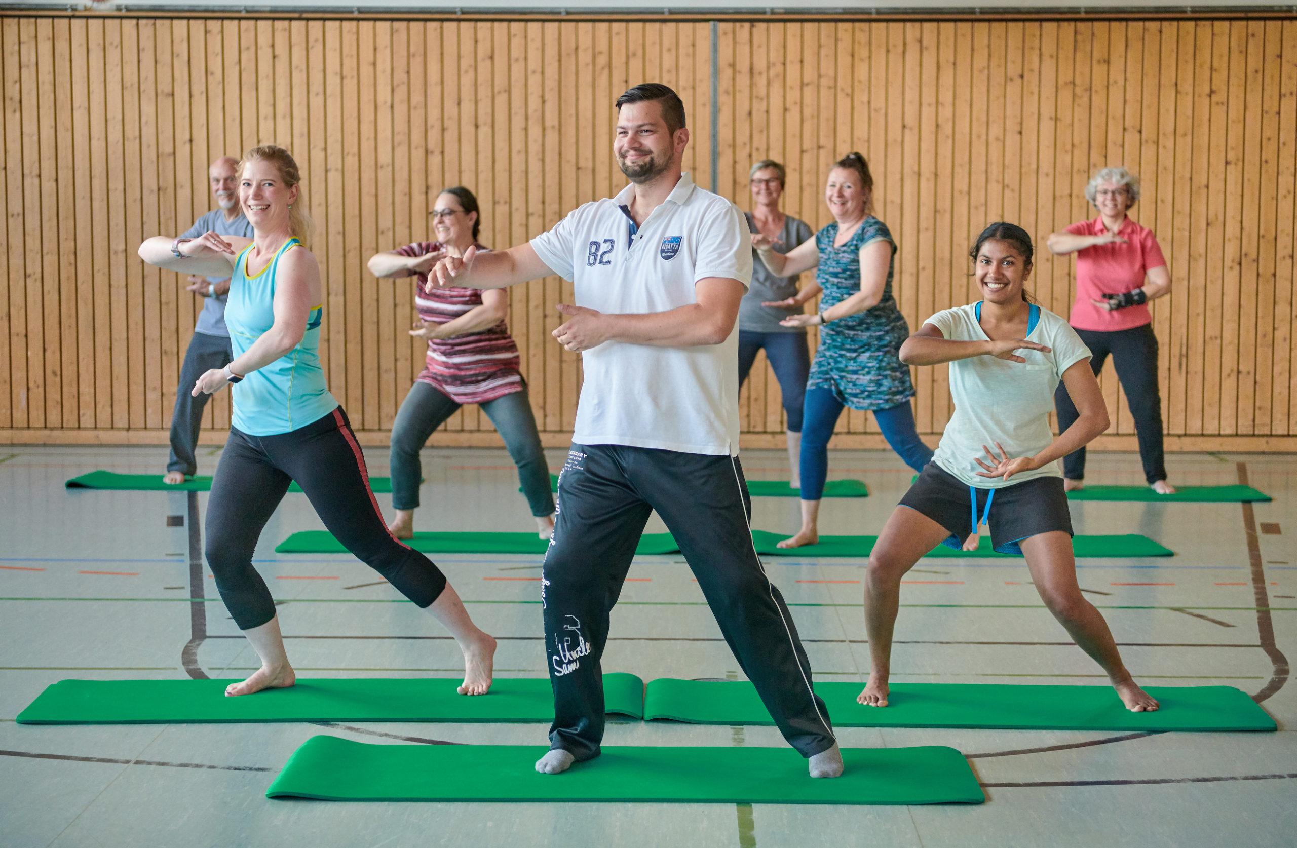 Die Übungen finden  in einer Turnhalle (Trockengymnastik) und stets in einer Gruppe statt.
