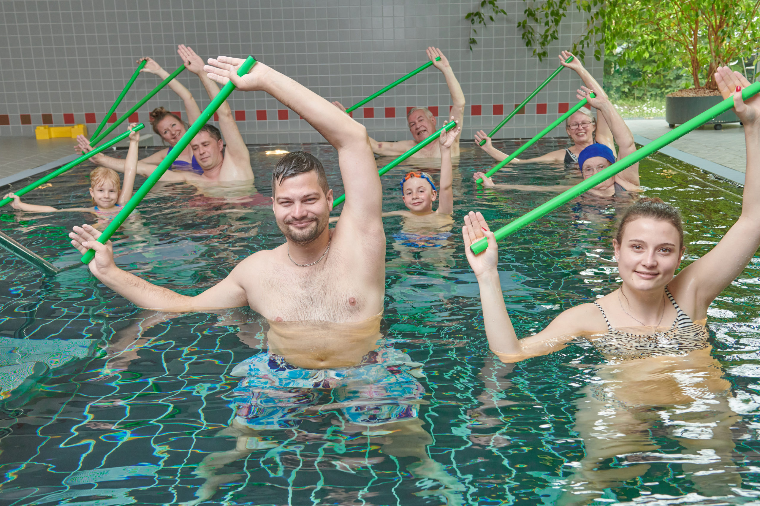 Die Übungen finden im warmem Wasser (Warmwassergymnastik)  und stets in einer Gruppe statt.